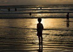 Un niño de 12 años roba la tarjeta a su madre para escaparse de viaje a una playa de Bali…