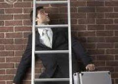 ¿Por qué se dice que trae mala suerte pasar debajo de una escalera?…