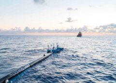 """El flotador gigante para limpiar el océano Pacífico se acerca a la """"gran mancha de basura""""…"""